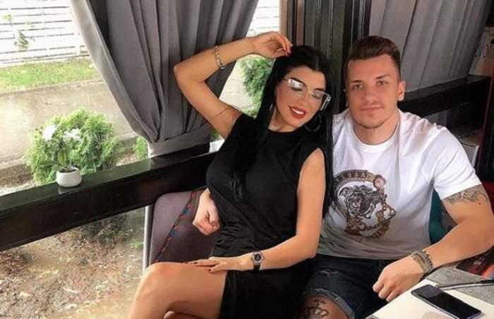 Andreea Tonciu e îmbrăcată în negru și se află lângă soțul ei. Daniel Niculescu o ține în brațe și poartă un tricou alb.