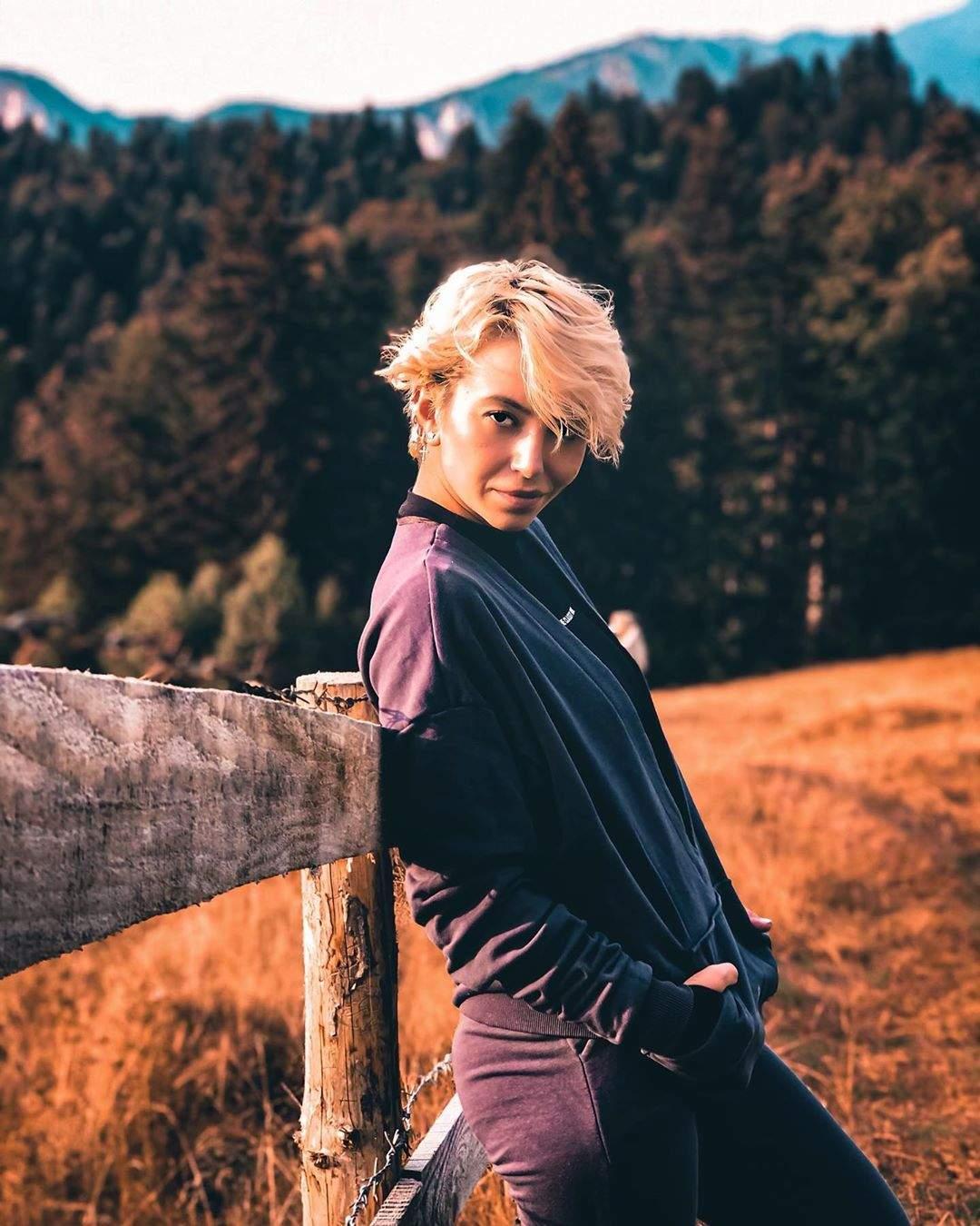 Giulia Anghelescu, extrem de seriosă, s-a fotografiat într-un câmp, toată îmbrăcată în negru