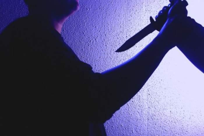 persoană-care-îndreaptă-un-cuţit-către-altă-persoană