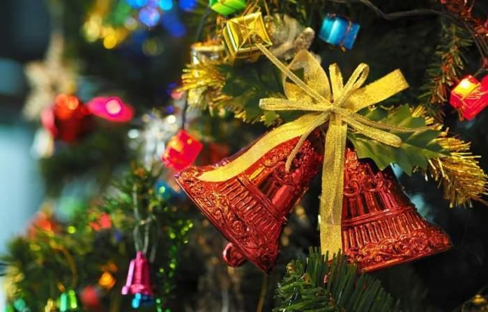 clopoţei ornamentali într-un brad de crăciun