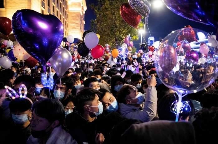 Cum a fost sărbătorit Revelionul în Wuhan, orașul de unde a izbucnit pandemia de COVID-19. Oamenii au luat străzile cu asalt