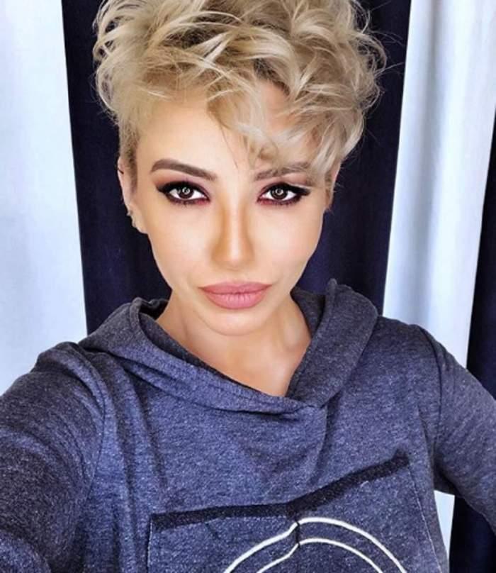 Giulia Anghelescu și-a făcut un selfie, în bluza albastră, tunsă scurt, blondă și foarte machiată
