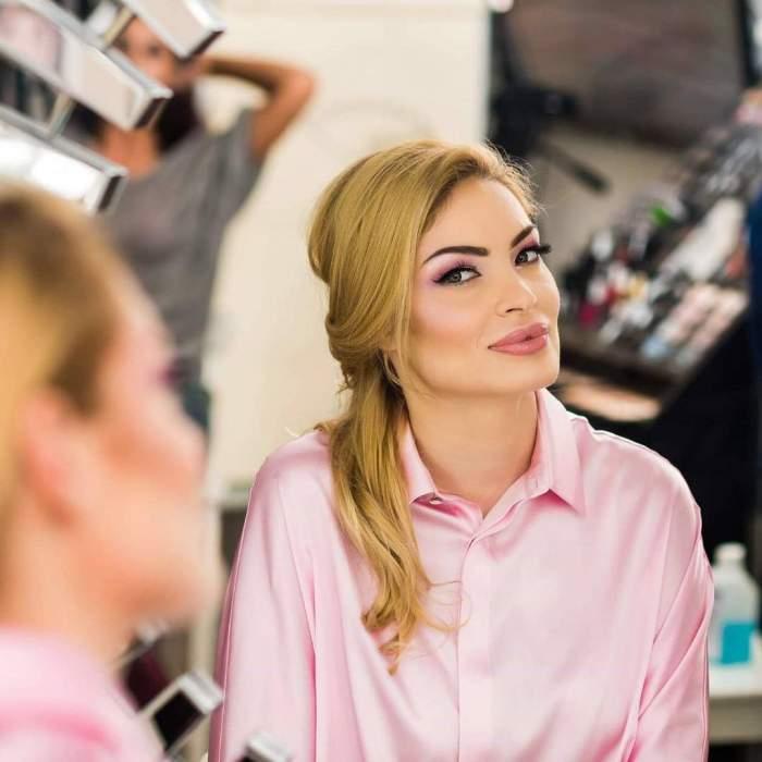 Valentina Pelinel în cămașă roz.
