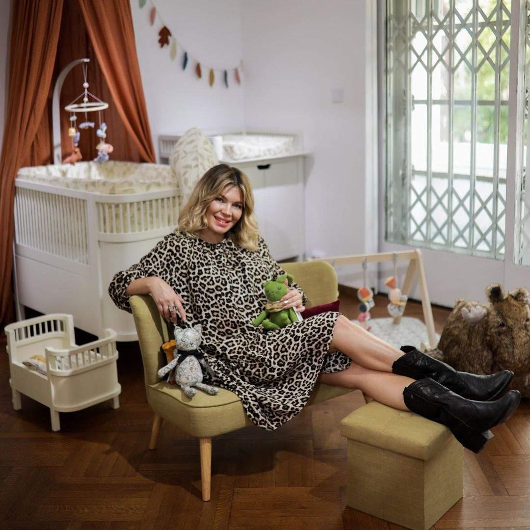 Gina Pistol gravidă, în rochie animal print.