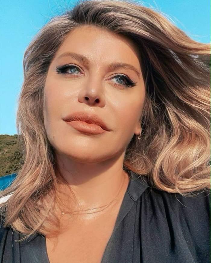 Loredana Groza, selfie, cu părul în vânt, în ținută neagră și decoltată