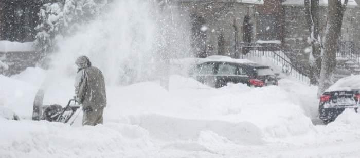 Bărbat care curăța stradă de zăpadă
