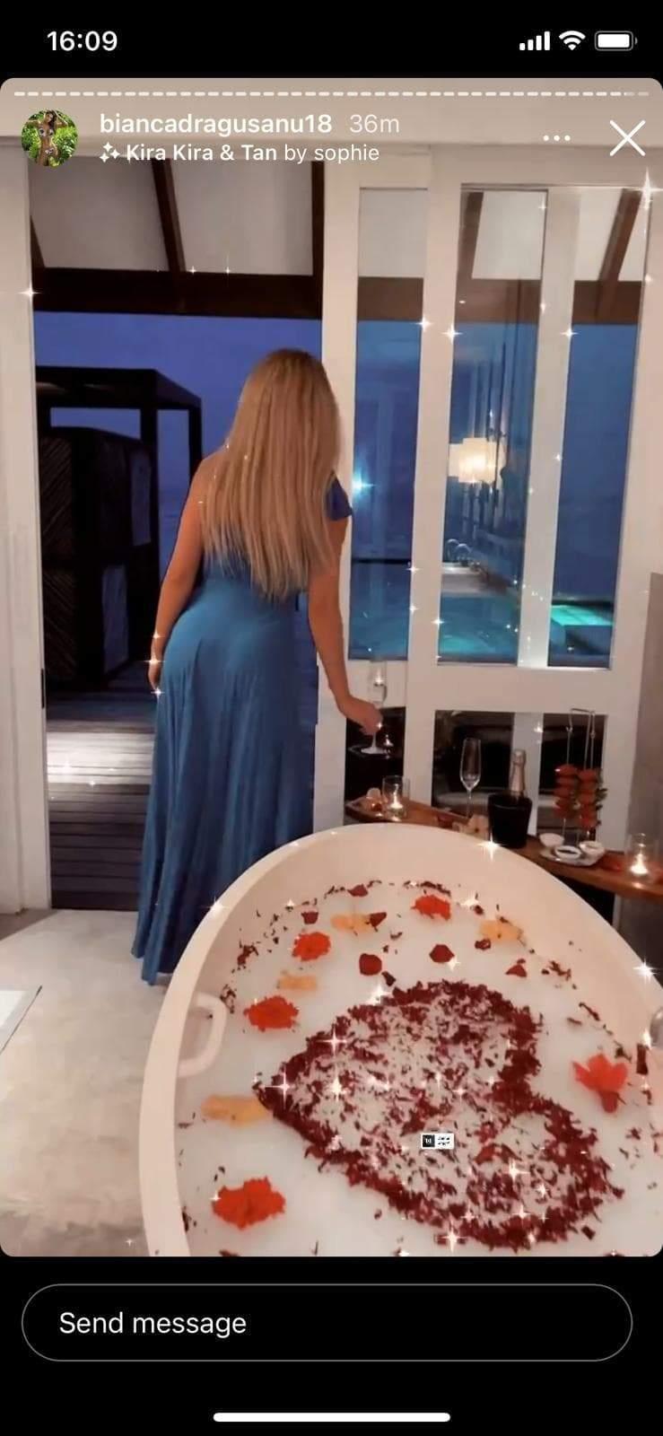 bianca dragusanu in rochie langa cada plină cu flori
