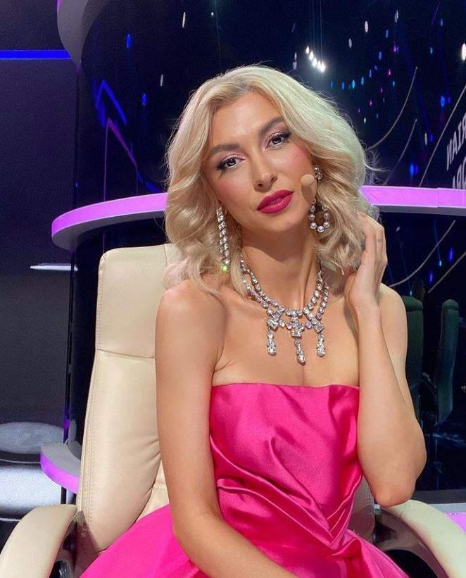 Andreea Balan este la filmari la Te cunosc de undeva, poarta o rochie roz fara umeri