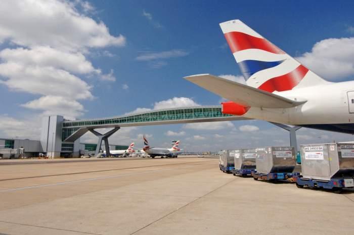 Imagine cu un avion, care are pe coada steagul Marii Britanie, este in aeroport