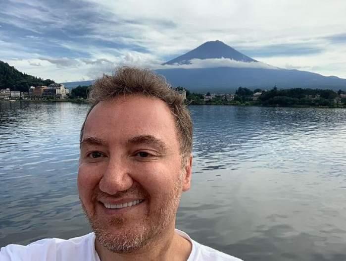 Payman Simoni într-un selfie. Doctorul poartă un tricou alb și zâmbește larg.