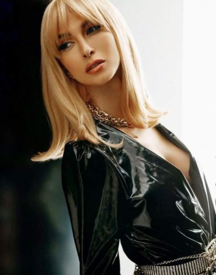 Andreea Bălan, îmbrăcată în negru, cu decolteu adânc