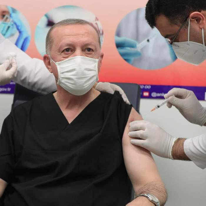 Recep Erdogan, în timp ce e vaccinat