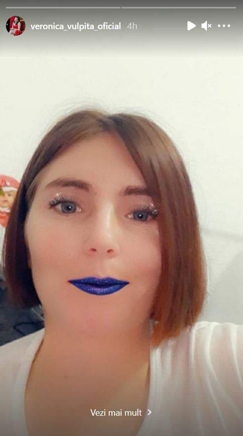 Veronica poartă un tricou alb. Tânăra are pe față un filtru de la Instagram ce-i colorează buzele cu albastru.