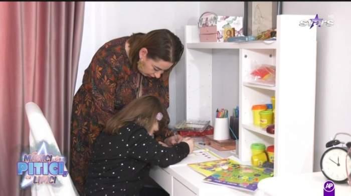 Oana Roman face teme cu Isabela, la birou, in camera fetitei