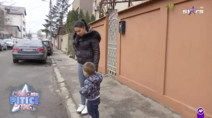 Elena Ionescu este in fata casei cu fiul ei si cauta cei doi catei care au fugit