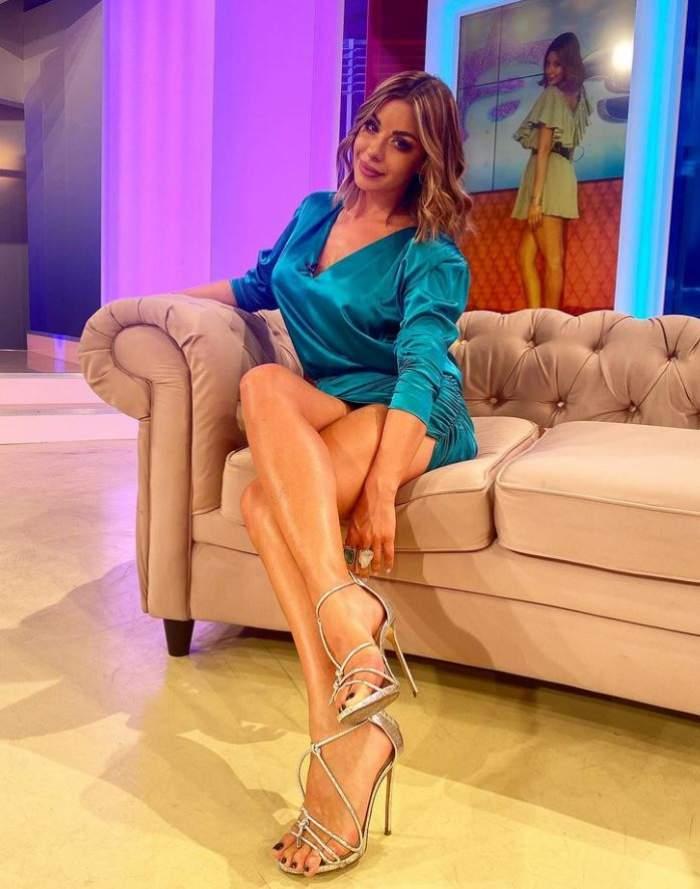 Natalia Mateut este in platou la Antena Stars, sta pe canapea, poarta o rochie scurta verde