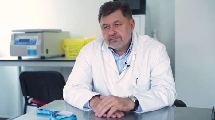 Alexandru Rafila este in halat de medic, sta la birou