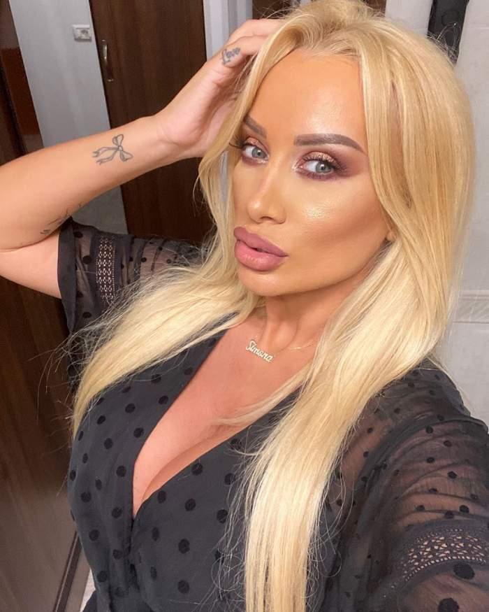 Simona Trașcă, selfie în casă, în ținută neagră, decoltată