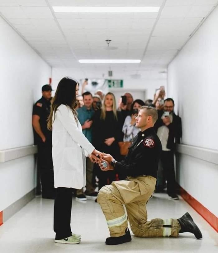 Cerere în căsătorie inedită! Cum i-a pus un asistent medical marea întrebare iubitei sale / FOTO