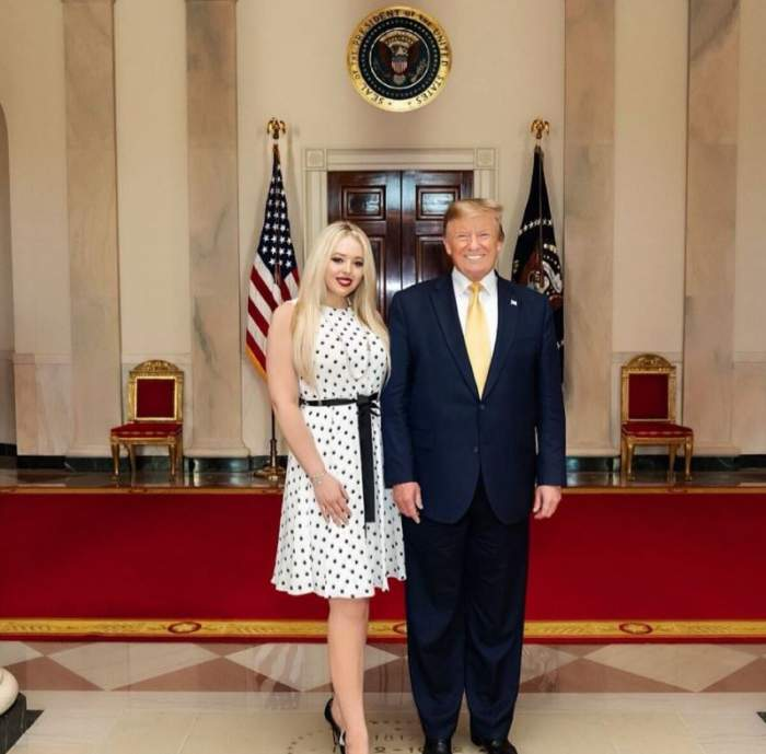 Tiffany Trump este alaturi de Donald Trump la Casa Alba, sunt imbracati elegant si zambesc