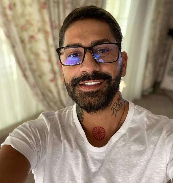 Connect-R își face un selfie. Artistul poartă un tricou alb și ochelari de vedere.