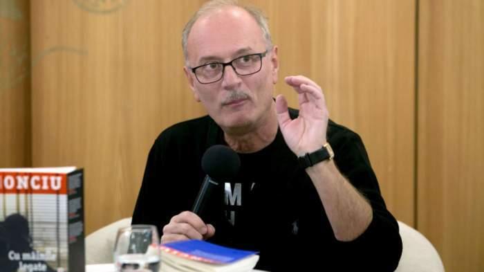 Toni Grecu în timpul unei conferințe de presă.