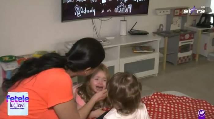 Gabriela Cristea în timp ce are grijă de fiica sa.