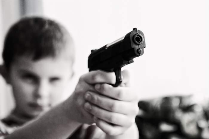 Un bebeluș de doar un an și jumătate și-a împușcat mortal vărul de cinci ani! Copilul se juca cu o armă încărcată