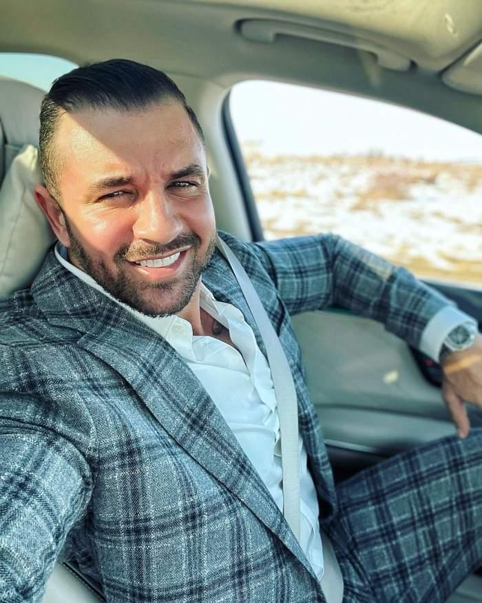 Alex Bodi îmbrăcat la costum, în mașină.