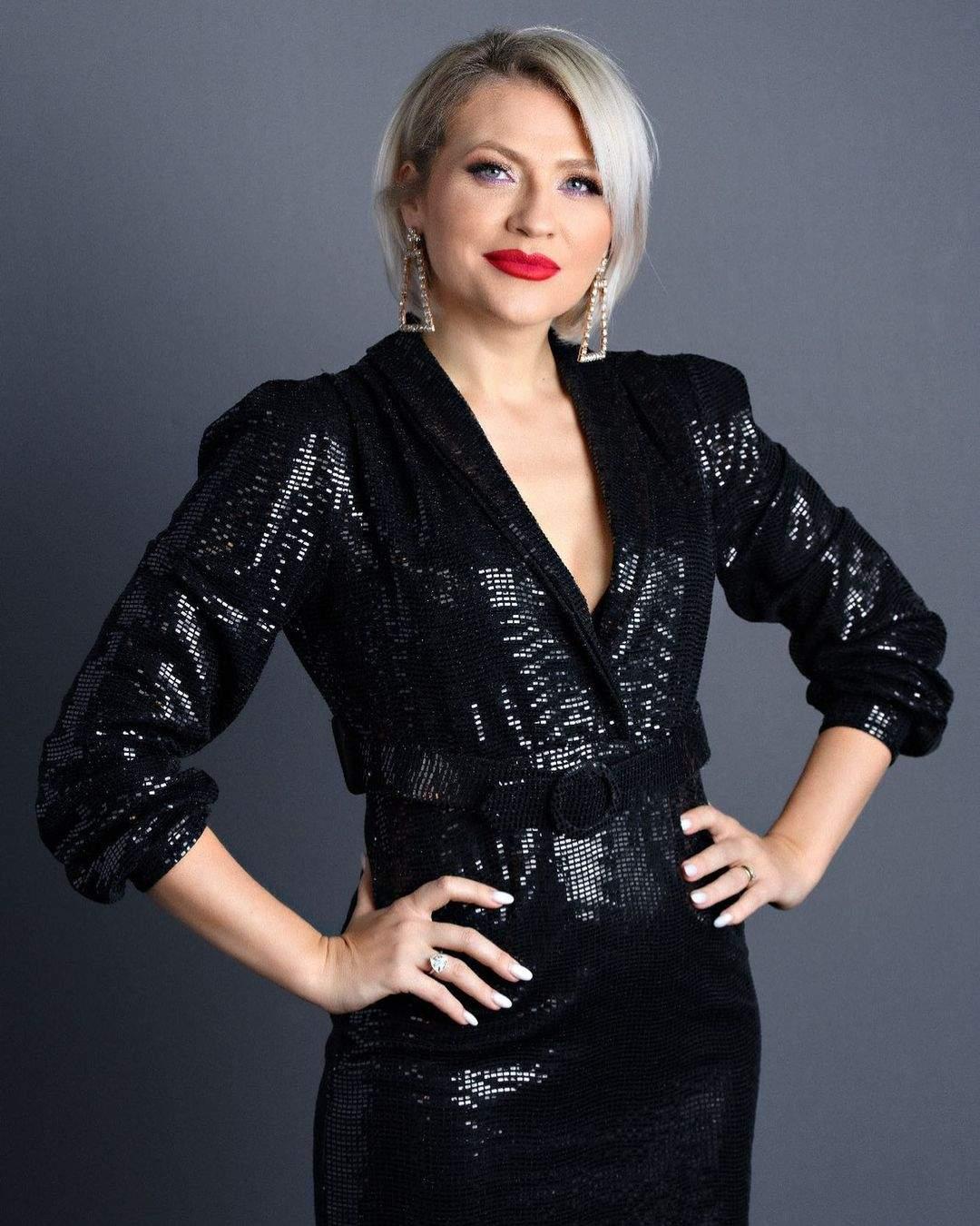 Mirela Vaida în rochie neagră, ședință foto.