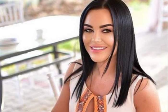 Carmen de la Sălciua, zâmbitoare, în ținută albă , la terasă