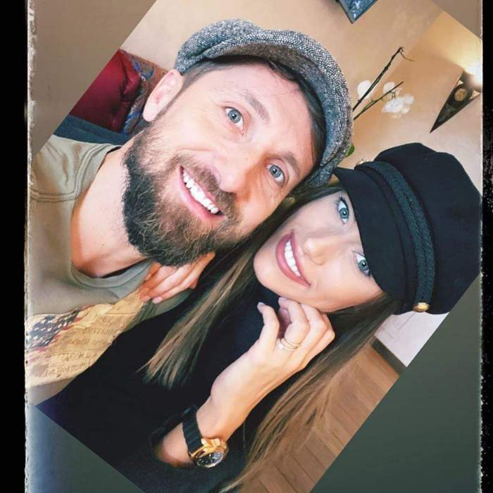 Dani Oțil și Gabriela Prisacariu, zâmbitori și îmbrățișați, într-un local