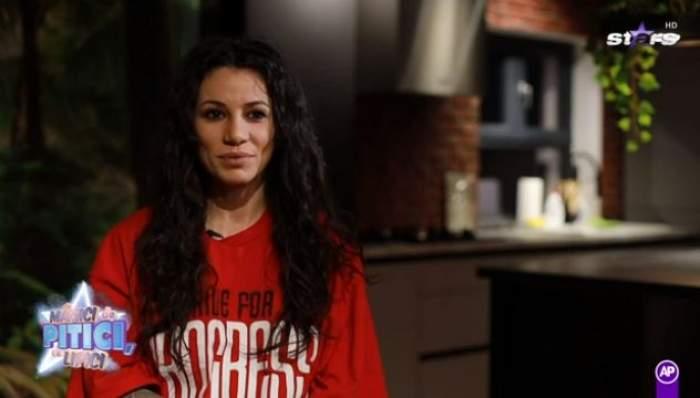 Roxana Vancea, îmbrăcată în tricou roșu, cu părul creț
