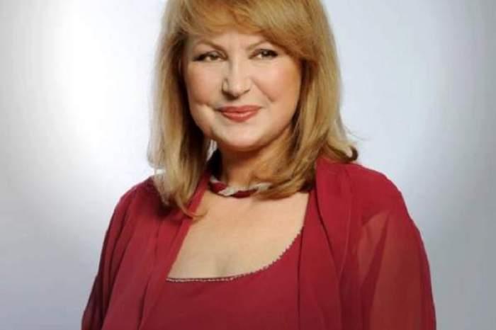 Tora Vasilescu, în rochie roșie și zâmbitoare