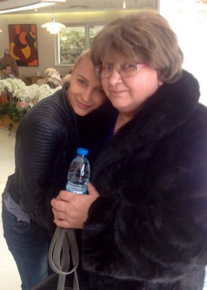 Lora alături de mama sa, în perioada în care trăia.