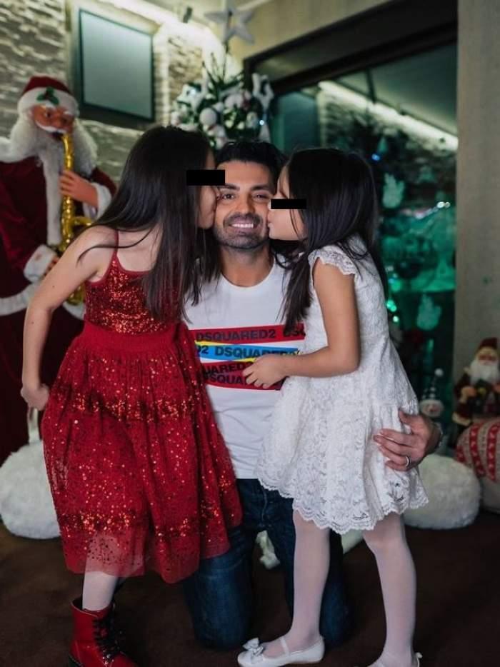 Pepe este in living cu fetitele lui, ele il saruta pe obraji, el zambeste larg