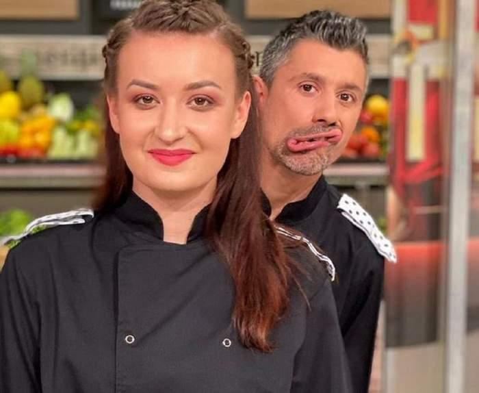 Roxana Blenche și colegul ei, Alberto, se află la Chefi la cuțite. Ambii poartă uniforme negre de bucătar. El se strâmbă în spatele ei.