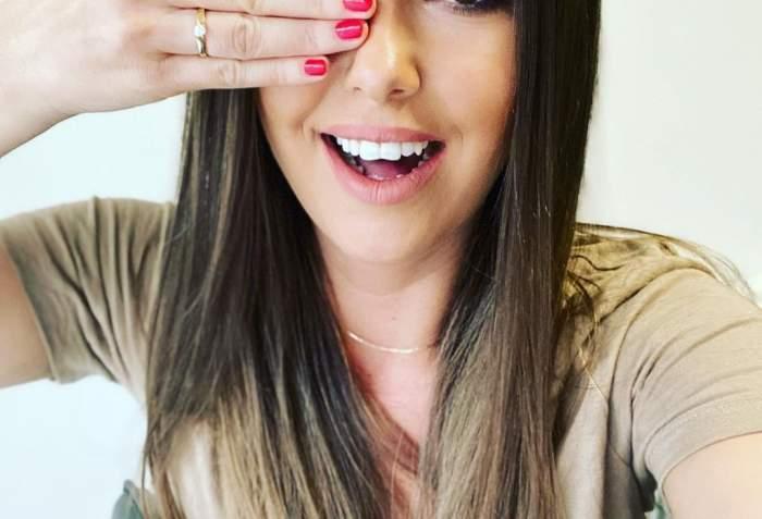 Nicoleta Molnar, cu inelul de logodnă pe deget.