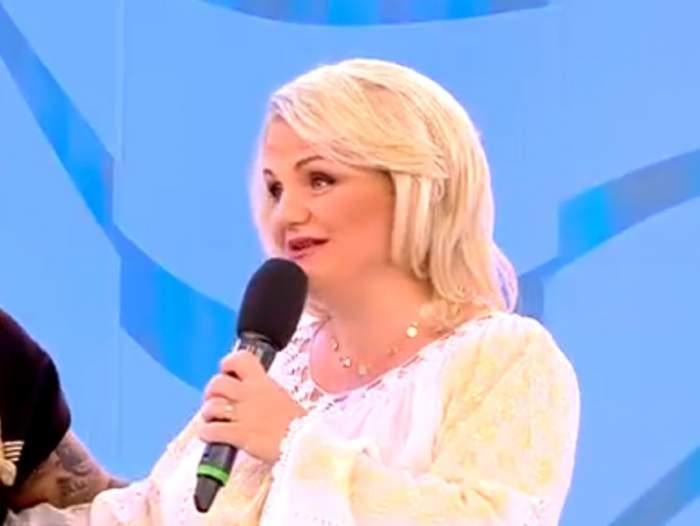 Geta State, în costum  tradițional alb, vorbind la microfon