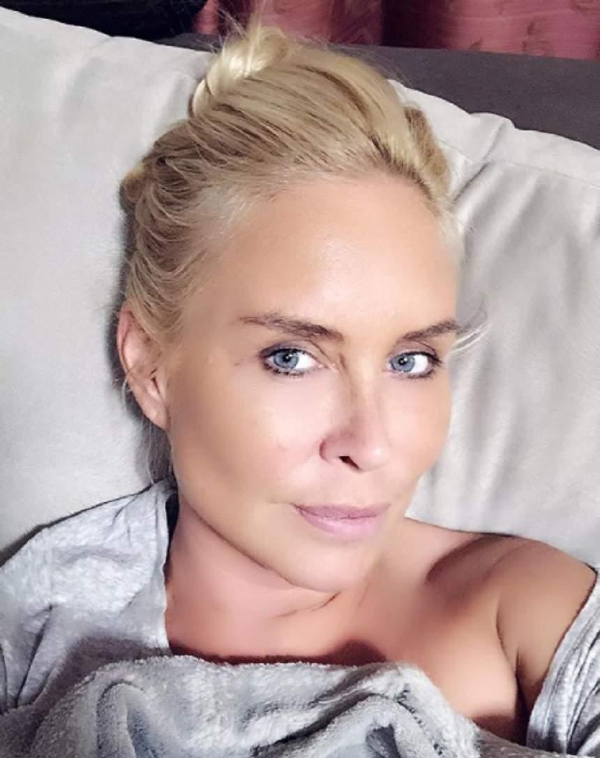Vica Blochina, în pat, acoperită doar cu o pătură gri