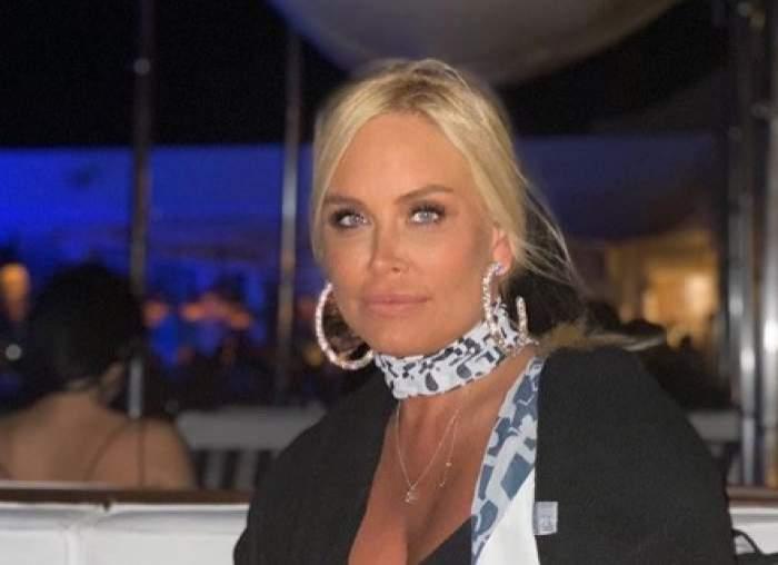 Vica Blochina, îmbrăcată în alb, cu eșarfă albă la gât, la restaurant