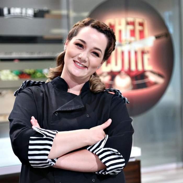 Maria Șandru, îmbrăcată în tunică, s-a fotografiat în bucătăria Chefi la cuțite, cu mâinile încrucișate