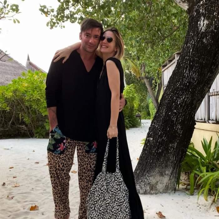 Adela Popescu și Radu Vâlcan în vacanță, îmbrățișați.