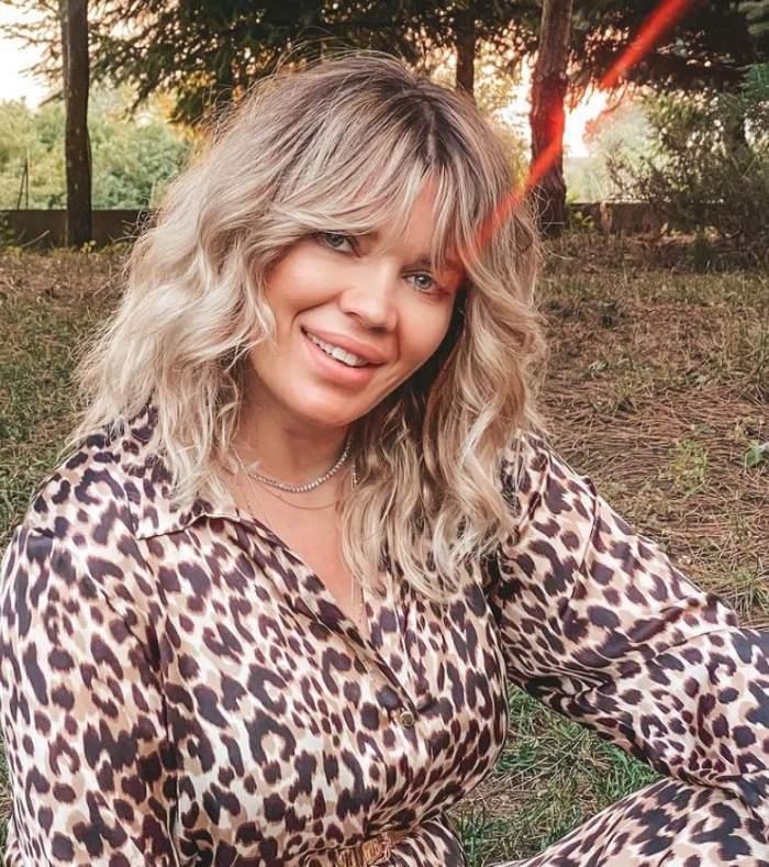 Gina Pistol, selfie în natură, în ținută animal print