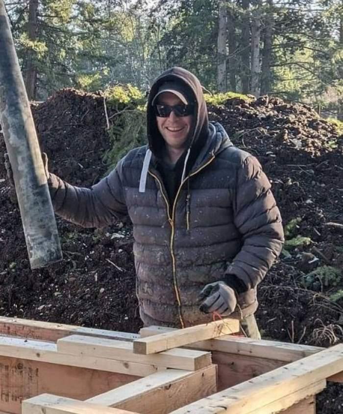 Dan Hayhurst, soțul Pamelei Anderson, se află afară. Acesta poartă o haină de iarnă neagră, o șapcă, o pereche de ochelari de soare, și are gluga pe cap.