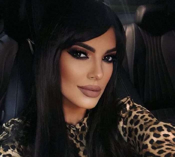 Andreea Tonciu, selfie în mașină, în ținută animal print, foarte machiată