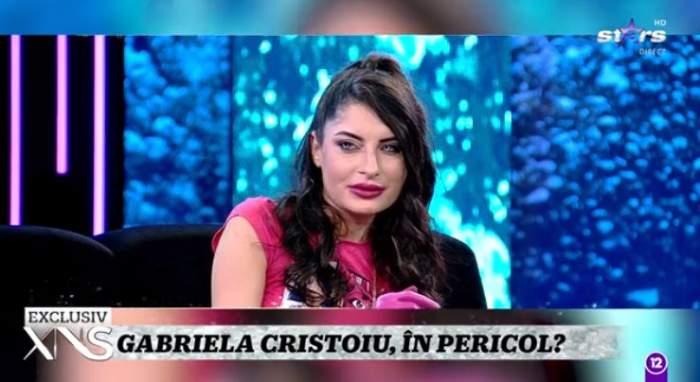 Gabriela Cristoiu este in platou la Xtra Night Show, poarta o rochie roz
