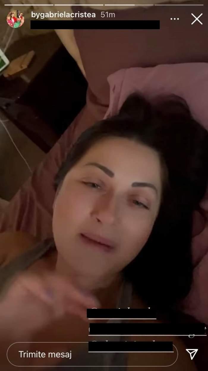 Gabriela Cristea este nemachiată. Vedeta se află în pat și are părul desprins, înșirat pe pernă.