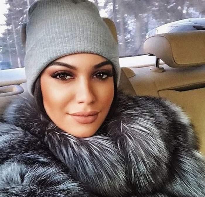 Betty se află în mașină. Fiica lui Florin Salam poartă o haină de blană cenușie și o căciulă gri. Artista zâmbește discret.