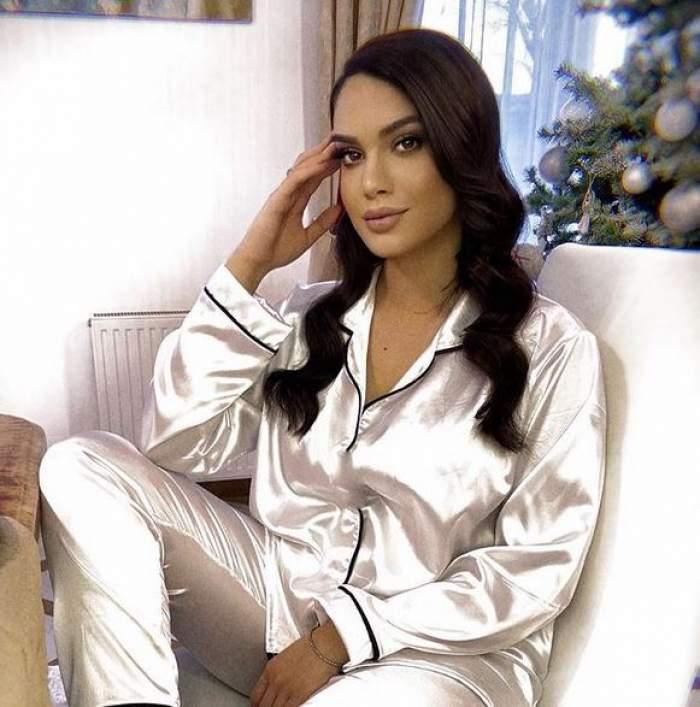 Betty stă pe scaun. Artista poartă o pereche de pijamale albe din satin și își susține capul cu o mână, având brațul sprijinit pe picior.